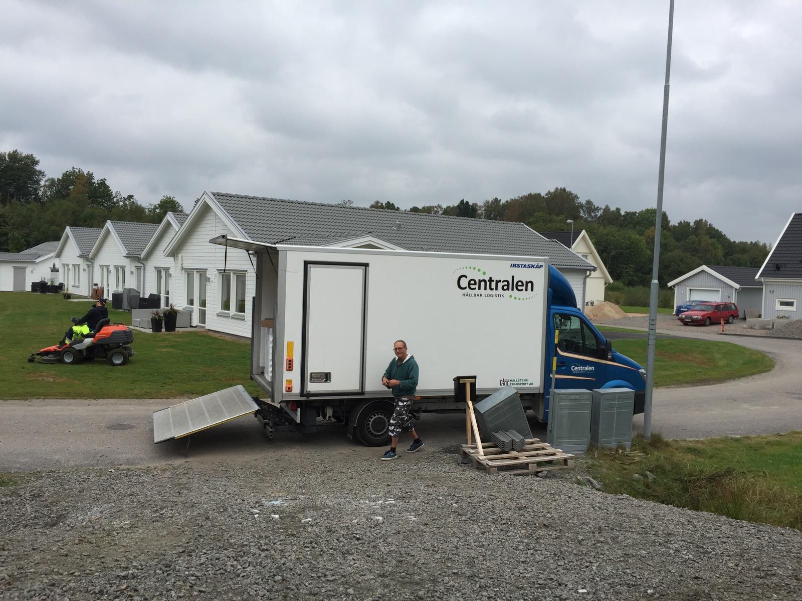 Här kommer en lastbil lastad med våra nya möbler!
